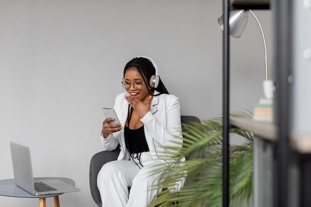 Mujer de tiro medio con smartphone