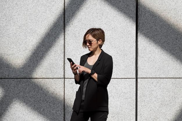 Mujer de tiro medio sosteniendo smartphone