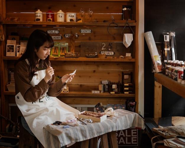 Mujer de tiro medio en el taller