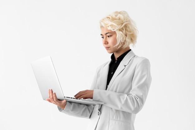 Mujer de tiro medio trabajando en equipo portátil