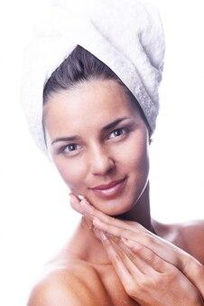 Mujer con toalla en la cabeza Foto gratis