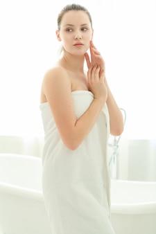 Mujer con toalla en el cuerpo después de la ducha
