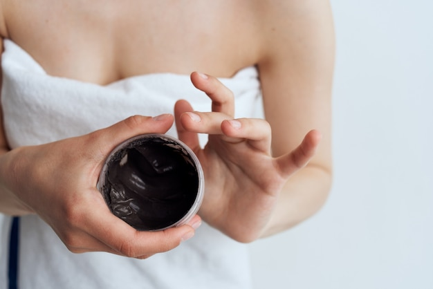 Mujer toalla ducha cuidado de la piel crema negra tratamientos de spa