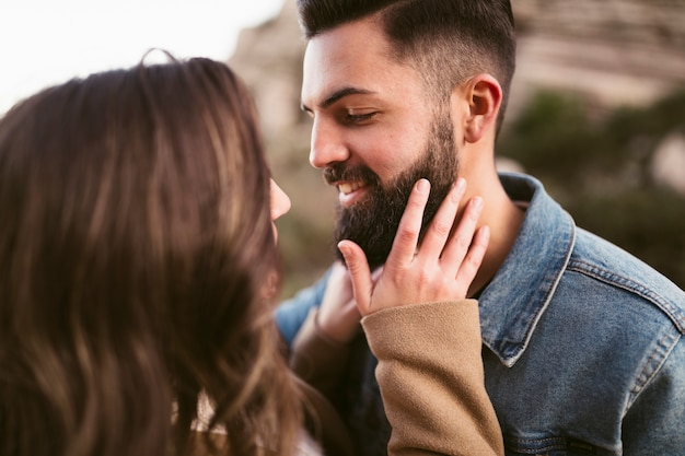 Mujer tocando barba hipster novio