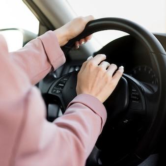 Mujer tocando el coche