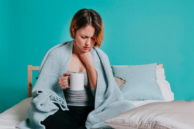 Mujer tocando lastimar la garganta