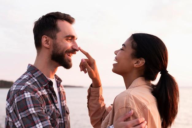 Mujer tocando la nariz de su novio de una manera linda