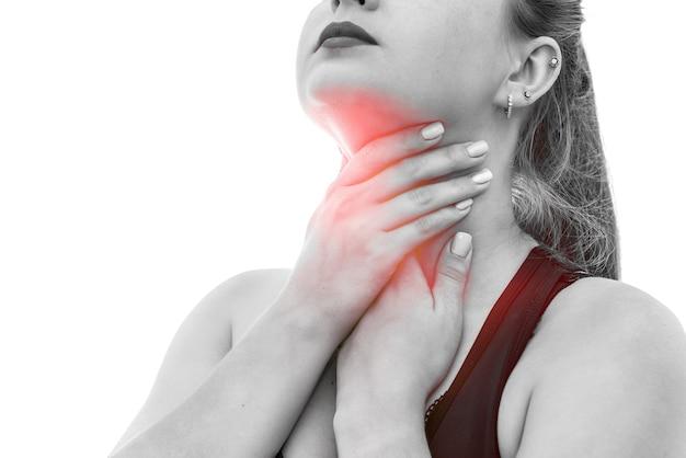 Mujer tocando su garganta aislado en blanco