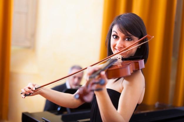 Mujer tocando su violín
