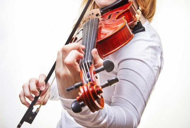 Mujer tocando el violín en blanco