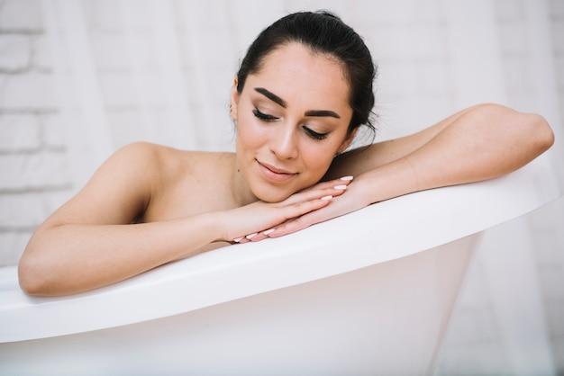 Mujer tomando un baño relajante en un spa