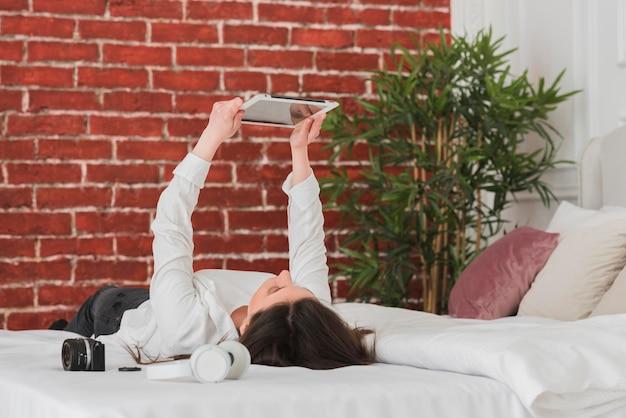 Mujer tomando un curso en línea de hobby