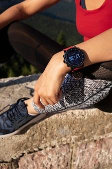 Mujer tomando un descanso de correr