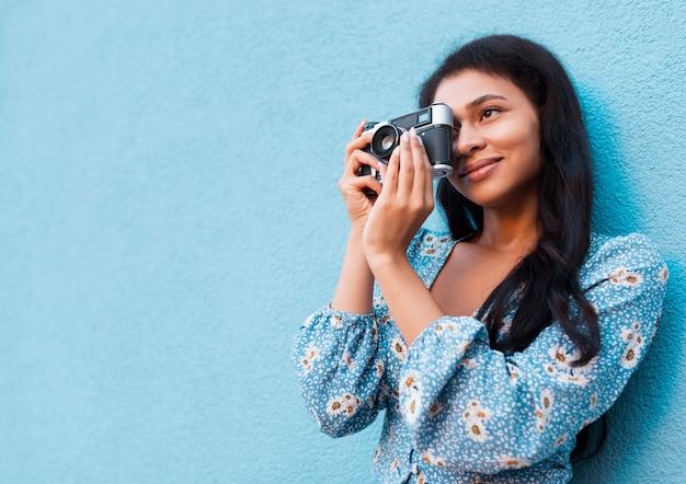 Mujer tomando una foto con copia espacio