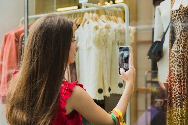 Mujer tomando foto de vestido