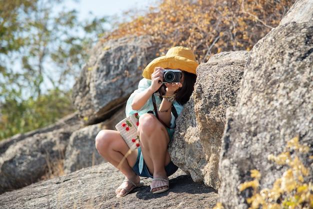 Mujer tomando fotos en las montañas
