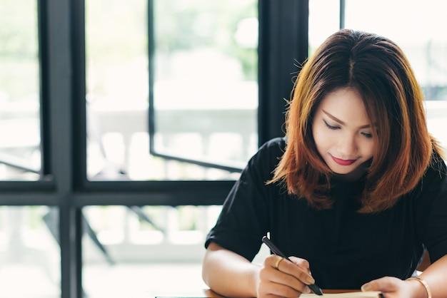 Mujer tomando una nota