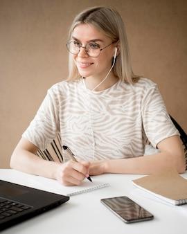 Mujer tomando notas y sonrisas