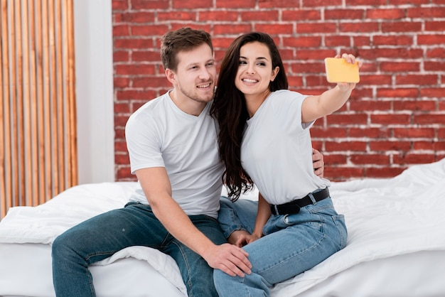 Mujer tomando una selfie con su novio
