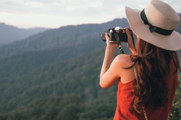 Mujer tomar foto. viajero viaje turístico en vacaciones. viaje de trabajo