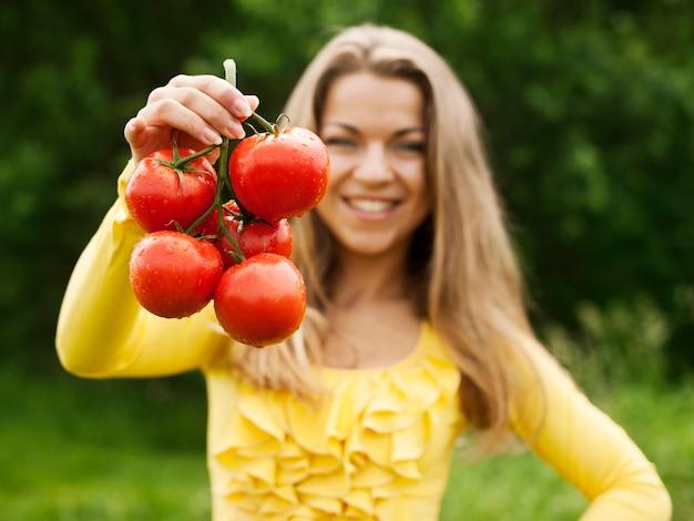 Mujer con tomates