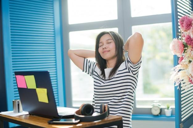 La mujer trabaja en casa, usa la computadora portátil para el trabajo, quédate en casa