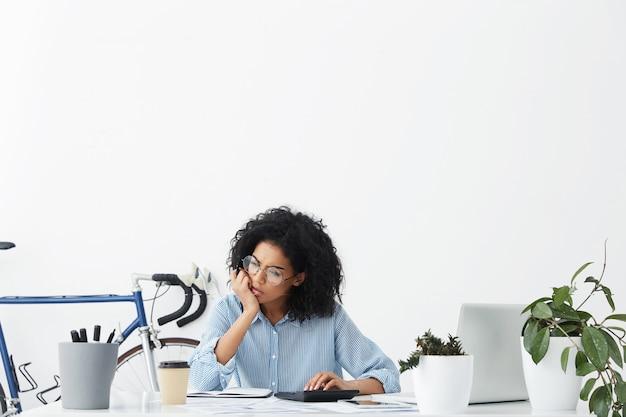Mujer trabajadora profesional serio pensativo sentado en la oficina