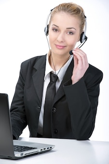 Mujer trabajadora de servicio al cliente en fondo blanco.