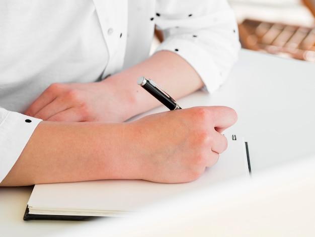 Mujer trabajando afuera mientras escribía en el cuaderno