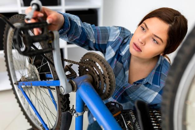 Mujer trabajando en bicicleta