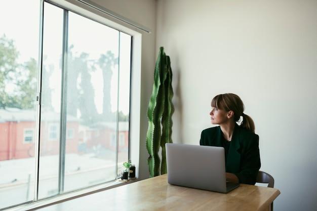 Mujer trabajando desde casa durante la cuarentena por coronavirus