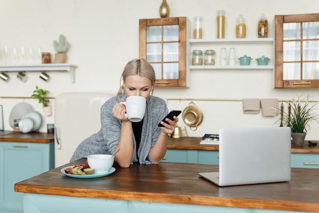 Mujer trabajando desde casa desayunando