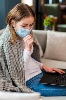 Mujer trabajando desde casa y tosiendo
