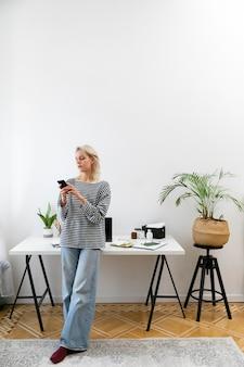 Mujer trabajando desde casa