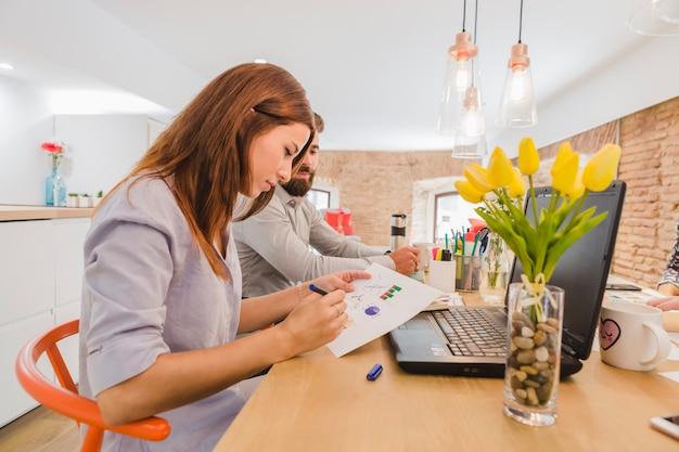 Mujer, trabajando, colegas, diagramas