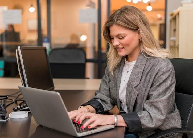 Mujer trabajando en una computadora portátil para un proyecto