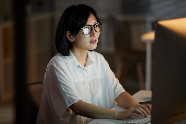 Mujer trabajando en computadora