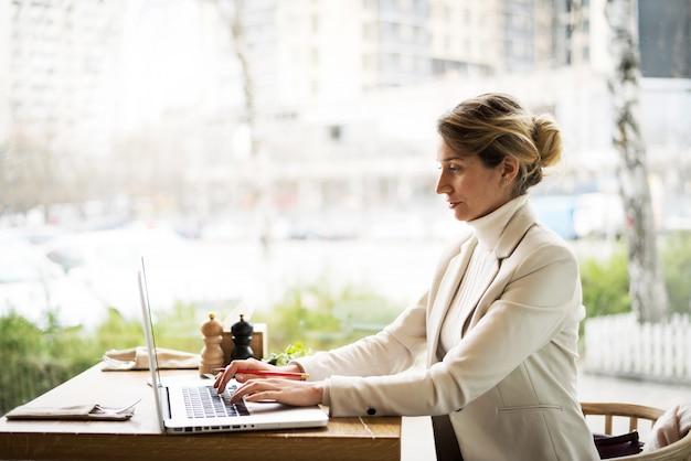 Mujer, trabajando, en, cuaderno, en, restaurante
