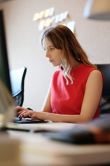 Mujer trabajando, enfocada