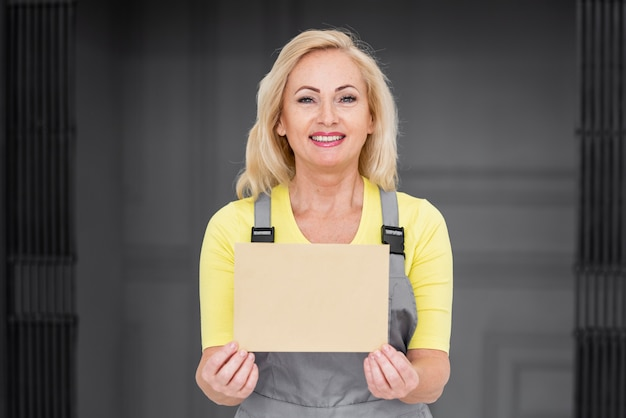 Mujer trabajando para la entrega