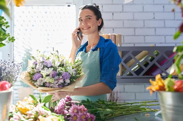 Mujer trabajando en florería