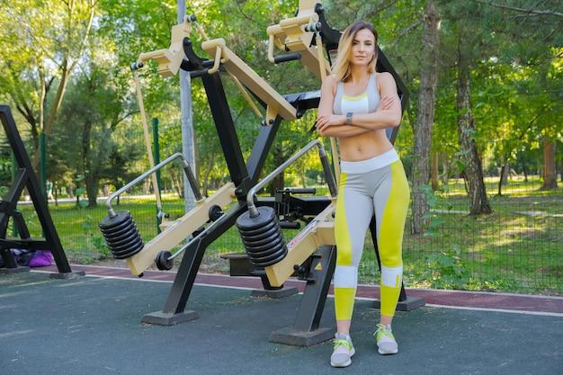 Mujer trabajando en un gimnasio al aire libre