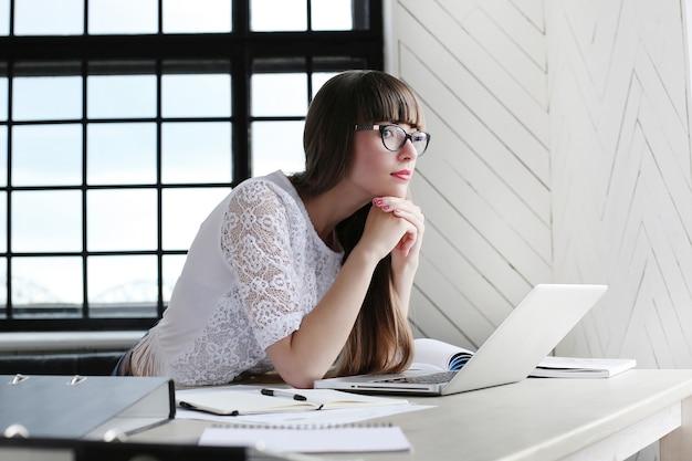 Mujer trabajando en la oficina