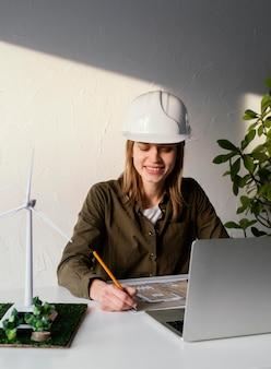 Mujer trabajando para proyectos ambientales