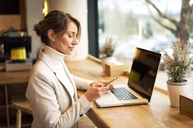 Mujer, trabajando, en, restaurante