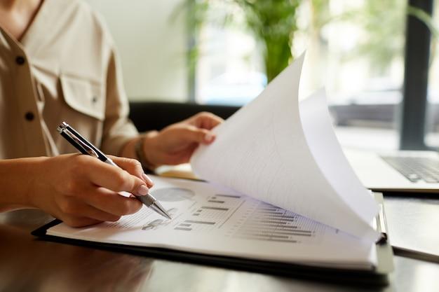 Mujer trabajando sobre informes financieros