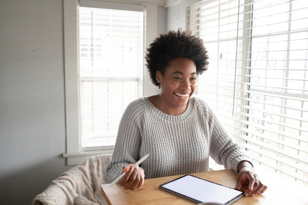 Mujer trabajando en una tableta digital en la nueva normalidad