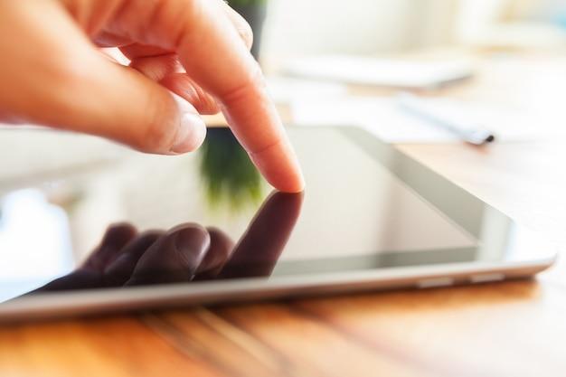 La mujer está trabajando en tableta