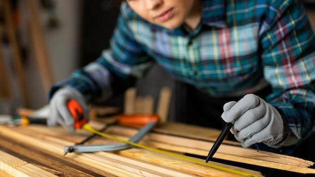 Mujer trabajando en taller