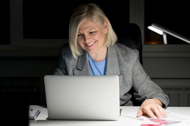 Mujer trabajando hasta tarde en la oficina